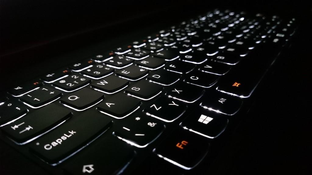 Podsvicena-klavesnice-notebooku-cerna